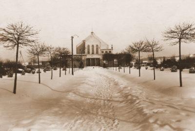 Historické foto sokolovny v zimě