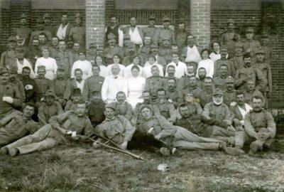 Vojáci, kteří se zotavují v lazaretu - uprostře v bílém plášti Čeněk Zemánek